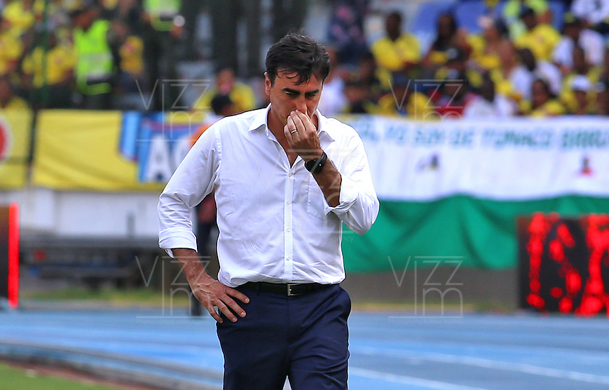 BARRANQUILLA - COLOMBIA -29-03-2016: Gustavo Quinteros técnico de Ecuador durante partido contra de Colombia de la fecha 6 para la clasificación a la Copa Mundial de la FIFA Rusia 2018 jugado en el estadio Metropolitano Roberto Melendez en Barranquilla./  Gustavo Quinteros coach of Ecuador during match against Colombia of the date 6 for the qualifier to FIFA World Cup Russia 2018 played at Metropolitan stadium Roberto Melendez in Barranquilla. Photo: VizzorImage / Ivan Valencia / Cont