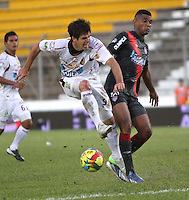 IBAGUE -COLOMBIA- 19-10--2013. Accion de juego correspondiente al partido entre los equipos Deportes Tolima y Atletico Junior  de Barranquilla , partido correspondiente a la  Liga Postobon segundo semestre jugado en el estadio Manuel Murillo Toro  / Action game for the match between the teams Deportes Tolima and Atletico Juniorof  Barranquilla, game in the second half played Postobon  League  in the Manuel Murillo Toro stadium .Photo: VizzorImage / Felipe Caicedol / Staff