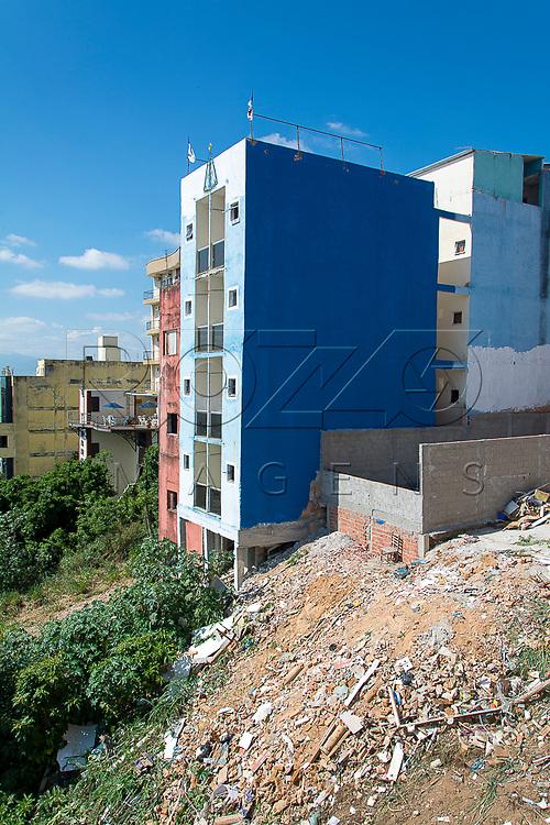 Prédio construído em área de risco de desabamento, Aparecida - SP, 10/2016.