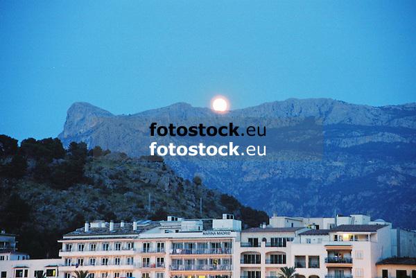 Rising full moon over the Sierra de Alfabia, seen from Puerto de S&oacute;ller<br /> <br /> Salida de la luna llena sobre la Sierra de Alfabia, vista desde Puerto de S&oacute;ller<br /> <br /> Aufgehender Vollmond &uuml;ber der Sierra de Alfabia, von Puerto de S&oacute;ller aus<br /> <br /> 1840 x 1232 px