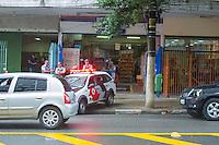 SAO PAULO, SP, 07 DE FEVEREIRO DE 2013 - POLÍCIA - TENTATIVA DE ASSALTO - Dois homens trocaram tiros, na Rua Conselheiro Furtado, bairro da Liberdade, zona cental da capital, nesta tarde de quinta-feira (7), em uma tentativa de assalto. Um dos disparos efetuados, atingiu um mercado localizado no lado oposto da rua, atingindo a porta de vidro de uma geladeira. Um dos envolvidos foi preso, o caso esta sendo registrado no 8DP da capital.FOTO RICARDO LOU - BRAZIL PHOTO PRESS