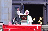 RIO DE JANEIRO, RJ, 26 DE JULHO DE 2013 -JMJ RIO 2013-ÂNGELUS COM PAPA FRANCISCO- Papa Francisco faz a oração do Ângelus e lembra a importância das avós, na Glória, zona sul do Rio de Janeiro.FOTO:MARCELO FONSECA/BRAZIL PHOTO PRESS