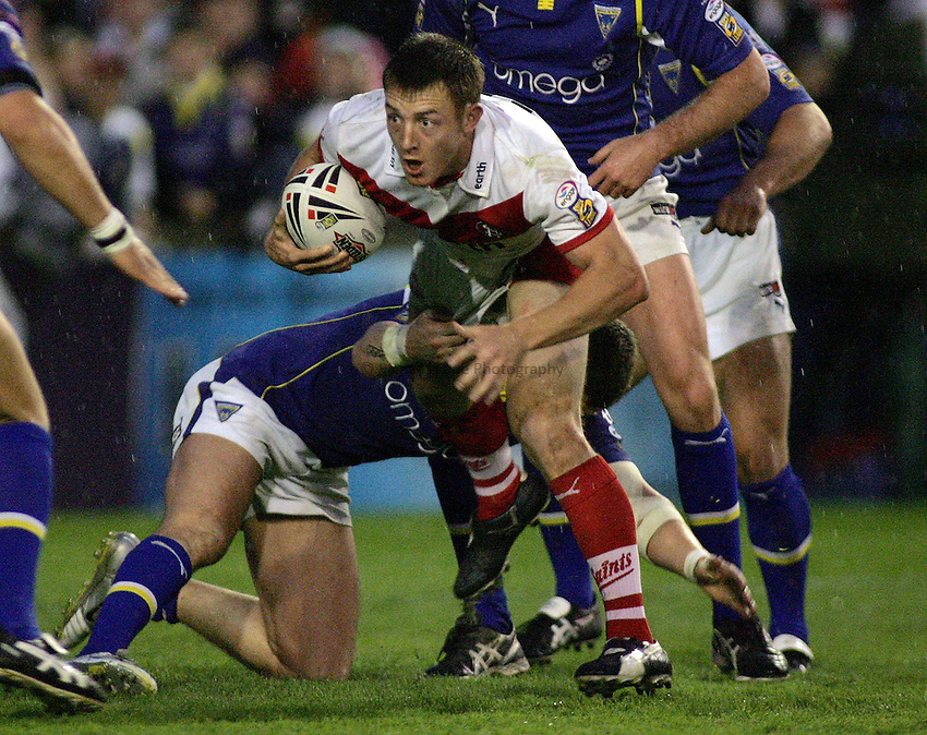 Photo: Paul Thomas..St Helens v Warrington Wolves. Engage Super League. 12/05/2006..St Helens' James Roby takes on the Warrington defence.