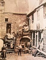Europe/France/Normandie/Basse-Normandie/50/Villedieu-les-Poêles: La Cour du Foyer vers 1900 - Photographie d'Arthur Gautier - Coll. Musées de Villedieu-les-Poêles -  Musée de la Poeslerie , Maison de la Dentellière