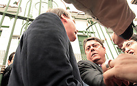 RIO DE JANEIRO, RJ, 23.09.2013 - COMITIVA VISITA INSTALÇÕES DO DOI CODI  rj - Deputado Jair Bolsonaro (PP-RJ) discute com o senador Randolfe Rodrigues (Psol-AP) na entrada da Comissão da Verdade do Senado no prédio do antido DOI-Codi  na Tijuca, nessa segunda 23. (Foto: Levy Ribeiro / Brazil Photo Press)