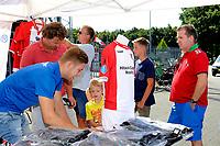 EMMEN - Opendag FC Emmen , Oude Meerdijk, seizoen 2018-2019, 15-07-2018,  veel belangstelling voor nieuwe shirts