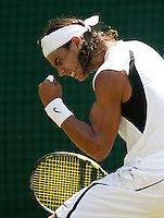 1-7-06,England, London, Wimbledon, fourth round match, Nadal defeats Agassi