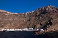 Fähren im Hafen von Athinios, Insel Santorin (Santorini), Griechenland, Europa