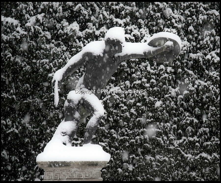 BNPS.co.uk (01202 558833)Pic: PeterSeaward/BNPS<br /> <br /> Classical snowstorm - Photographer Peter Seaward captured thses classic shots of the snow storm at Blenheim Palace in Oxfordshire yesterday.