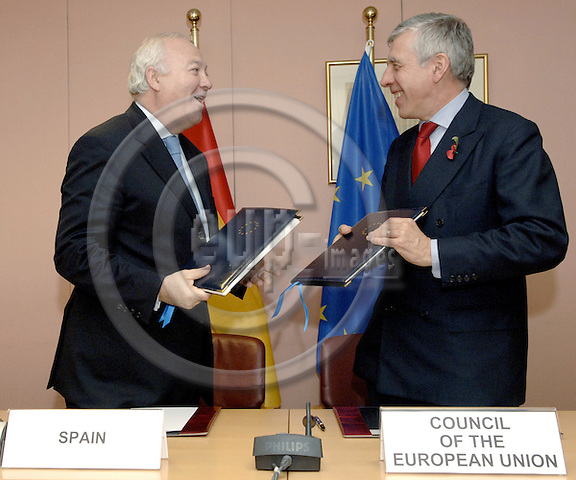 Brussels-Belgium - 07 November 2005---Signature of an agreement on administrative arrangements between Spain and the Council of the EU allowing the official use at the Council of languages other than Castilian (Spanish) whose status is recognised by the Spanish Constitution; here, Miguel Ángel (Angel) MORATINOS (le), Minister for Foreign Affairs and Cooperation of Spain, with Jack STRAW (ri), UK Secretary of State for Foreign and Commonwealth Affairs and acting President of the Council---Photo: Horst Wagner/eup-images