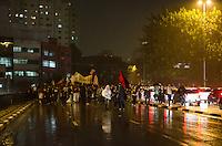 SAO PAULO, 11 DE JUNHO DE 2013 - PROTESTO AUMENTO TARIFA - Milhares de pessoas fizeram passeata pelas ruas da região central da capital, em protesto contra o aumento da tarifa do transporte publico, na noite desta  terça feira, 11. O grupo saiu da Avenida Paulista, desceu a Rua da Consolação e entrou na ligação leste-oeste, interditando completamente a via no sentido leste e seguiram para a Praça da Sé.  (FOTO: ALEXANDRE MOREIRA / BRAZIL PHOTO PRESS)