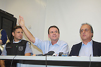RIO DE JANEIRO, RJ, 29.04.2014 - O prefeito do Rio Eduardo Paes (E) e o governador Luiz Fernando Pezão durante visita a Unidade de Pronto Atendimento (UPA) do Complexo do Alemão, que foi depredada durante uma manifestação na noite de ontem. Dois médicos da unidade pediram demissão. O ataque também deixou quatro ônibus queimados. (Foto: Celso Barbosa / Brazil Photo Press).