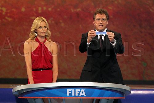 04 12 2009 Copyright Pictures Football FIFA World Cup 2010 Lots Cape Town  04 Dec 09 Football FIFA World Cup 2010 Group draw Picture shows Actress Charlize Theron and  Jerome Valcke FIFA with the ticket from Greece Photo: Imago Photodienst/Actionplus - UK Editorial Use