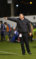 TUNJA -COLOMBIA, 19-09-2016. Carlos Mario Hoyos aistente técnico de Alianza Petrolera gesticula durante partido con Patriotas FC por la fecha 13 de la Liga Águila II 2016 realizado en el estadio La Independencia en Tunja./ Carlos Mario Hoyos coach assitant of Alianza Petrolera gestures during match against Patriotas FC for the date 13 of Aguila League II 2016 at La Independencia stadium in Tunja. Photo: VizzorImage/César Melgarejo/Cont