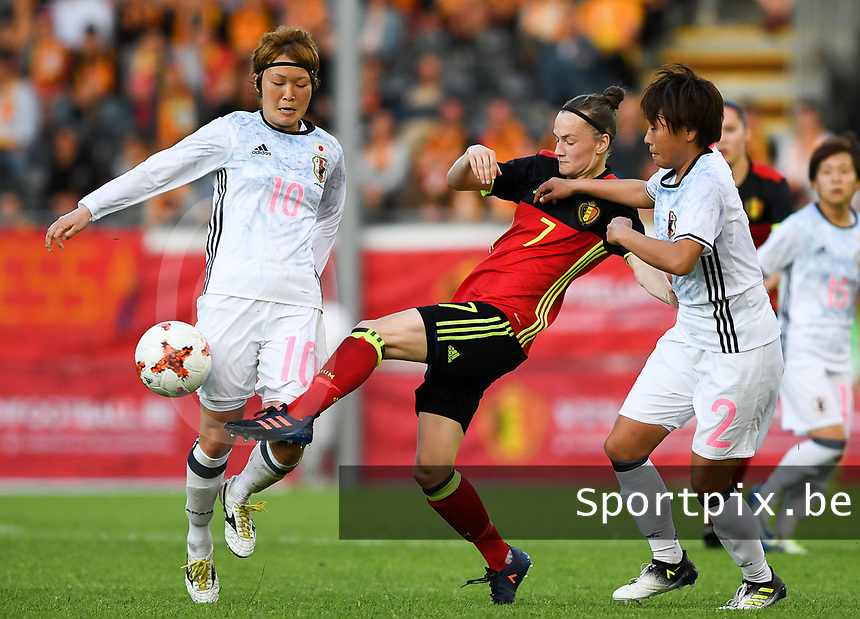 20170613 - LEUVEN ,  BELGIUM : Belgian Elke Van Gorp (middle) pictured controlling the ball in front of Japanese Hikari Takagi (right)  and Japanese Mizuho Sakaguchi (left) during the friendly female soccer game between the Belgian Red Flames and JAPAN , a friendly game in the preparation for the European Championship in The Netherlands 2017  , Tuesday 13 th June 2017 at Stadion Den Dreef  in Leuven , Belgium. PHOTO SPORTPIX.BE | DAVID CATRY