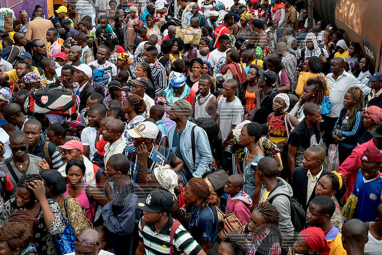 A crowd of commuters at Kinshasa Est railway station.