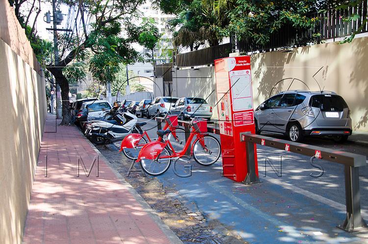 Estação de aluguel de bicicletas, São Paulo - SP, 07/2016.