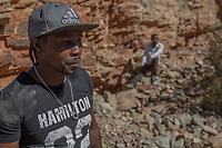 Vorne: Der Goldankäufer Caesar, 39. Im Hintergrund: Joe H., 42, illegaler Goldgräber aus dem Slum New Canada in Johannesburg, Südafrika, vor einem 1942 stillgelegten Bergwerk