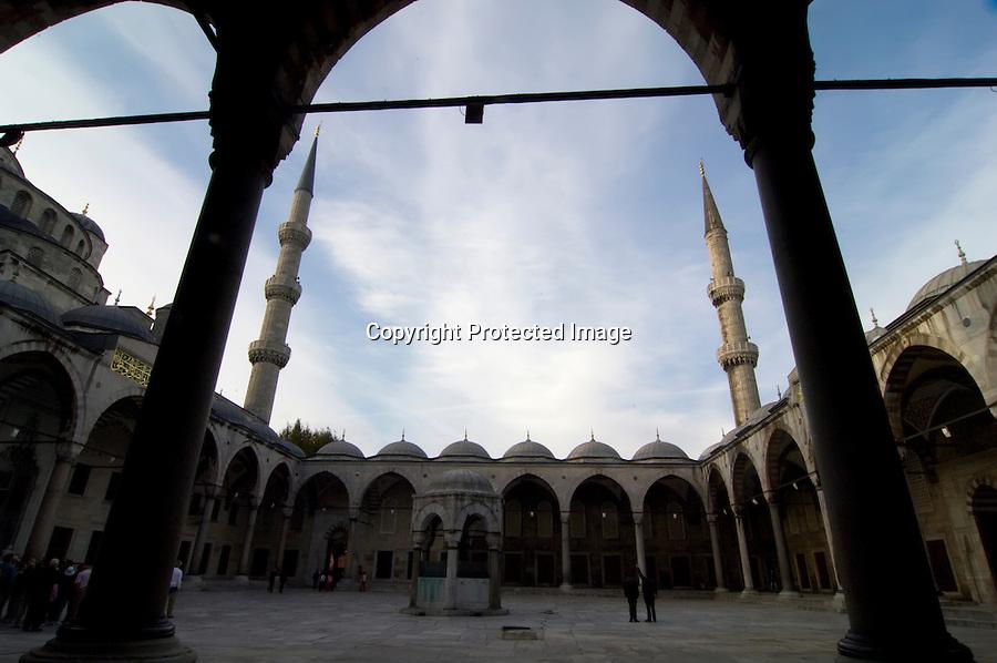TURQUIA-ESTAMBUL.vista del patio interior de la Mezquita Azul de Estambul..foto JOAQUIN GOMEZ SASTRE©