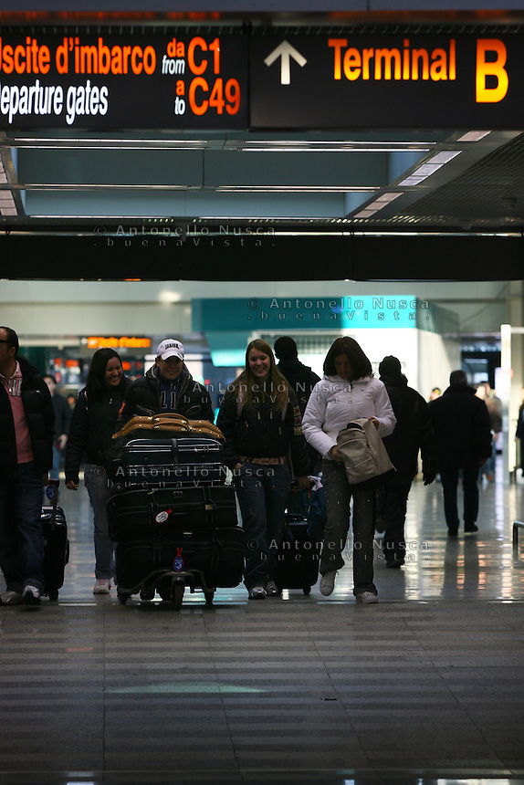 Roma, 23 Gennaio 2006. Viaggiatori all'aeroporto di Roma Fiumicino