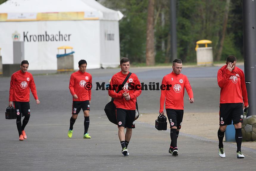 Enis Bunjaki, Yanni Regäsel und Haris Seferovic frustriert auf dem Weg zum Training - Eintracht Frankfurt Training, Commerzbank Arena