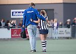 DEN HAAG - Blessure voor Tessa Clasener (HDM)    tijdens de hockey hoofdklasse competitiewedstrijd tussen de dames van HDM en Laren (2-0). links fysio Elout Kielman.   COPYRIGHT KOEN SUYK