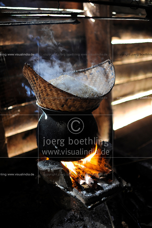 LAOS Provinz Oudomxay Dorf Houyta , Ethnie Khmu , daempfen von Klebreis auf Feuerstelle / LAOS province Oudomxay , village Houyta, steaming of sticky rice on fire stove in kitchen