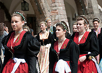 Deutschland, Bayern, Oberbayern, Berchtesgadener Land, Berchtesgaden: Frauen in  Dirndl in der Altstadt | Germany, Bavaria, Upper Bavaria, Berchtesgadener Land, Berchtesgaden: women in traditional Bavarian dresses, Dirndl