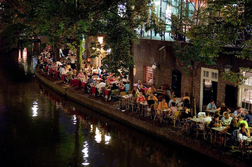 Nederland, Utrecht, 16 sept 2006<br /> Terras aan de Oudegracht. <br /> mensen op terras aan water op een lekkere zomeravond in het donker<br /> horeca, uitgaan, uit eten<br /> <br /> <br /> Foto: (c) Michiel Wijnbergh