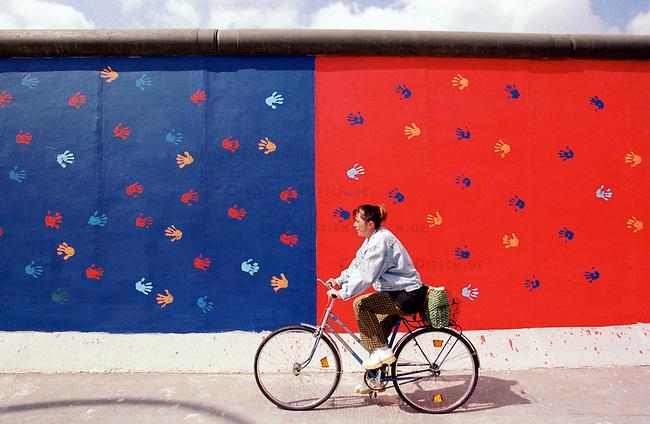 Das laengste erhaltene Stueck der Berliner Mauer, die East Side Gallery, wurde nach zehn Jahren durch Mithilfe des Berliner Senats und den Verband der Lackindustrie restauriert. Die Gemaelde verschiedener internationaler Kuenstler waren seit 1990 durch Witterung und Vandalismus zum Teil stark beschaedigt worden.<br /> Hier: Ein restauriertes Wandbild.<br /> 7.7.2000, Berlin<br /> Copyright: Christian-Ditsch.de<br /> [Inhaltsveraendernde Manipulation des Fotos nur nach ausdruecklicher Genehmigung des Fotografen. Vereinbarungen ueber Abtretung von Persoenlichkeitsrechten/Model Release der abgebildeten Person/Personen liegen nicht vor. NO MODEL RELEASE! Nur fuer Redaktionelle Zwecke. Don't publish without copyright Christian-Ditsch.de, Veroeffentlichung nur mit Fotografennennung, sowie gegen Honorar, MwSt. und Beleg. Konto: I N G - D i B a, IBAN DE58500105175400192269, BIC INGDDEFFXXX, Kontakt: post@christian-ditsch.de<br /> Bei der Bearbeitung der Dateiinformationen darf die Urheberkennzeichnung in den EXIF- und  IPTC-Daten nicht entfernt werden, diese sind in digitalen Medien nach &sect;95c UrhG rechtlich gesch&uuml;tzt. Der Urhebervermerk wird gemaess &sect;13 UrhG verlangt.]