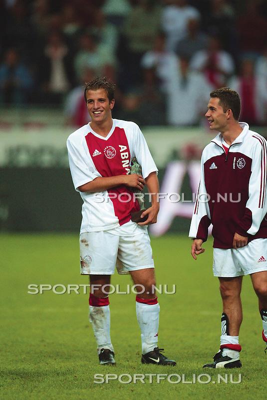 Nederland, Amsterdam, 4 augustus 2002.The Amsterdam Tournament 2002.Rafael van der Vaart (l.) met in zijn handen de trofee van de beste speler van The Amsterdam Tournament 2002 na afloop van de wedstrijd Ajax-FC Barcelona. Rechts Victor Sikora. .