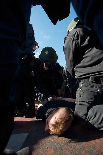 Die Neonazipartei NPD hielt am Samstag den 24. August 2013 in Berlin Hellersorf mit ca 120 Teilnehmern eine Kundgebung gegen eine Fluechtlingsunterkunft ab.<br />Etwa 750 Menschen protestierten lautstark gegen die NPD.<br />Die Polizei nahm mehrere Gegendemonstranten fest.<br />Im Bild: Polizeibeamte nehmen einen Gegendemonstranten fest.<br />24.8.2013, BerlinCopyright: Christian Ditsch/version-foto.de<br />[Inhaltsveraendernde Manipulation des Fotos nur nach ausdruecklicher Genehmigung des Fotografen. Vereinbarungen ueber Abtretung von Persoenlichkeitsrechten/Model Release der abgebildeten Person/Personen liegen nicht vor. NO MODEL RELEASE! Don't publish without copyright Christian Ditsch/version-foto.de, Veroeffentlichung nur mit Fotografennennung, sowie gegen Honorar, MwSt. und Beleg. Konto:, I N G - D i B a, IBAN DE58500105175400192269, BIC INGDDEFFXXX, Kontakt: post@christian-ditsch.de.<br />Urhebervermerk wird gemaess Paragraph 13 UHG verlangt.]