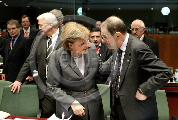 BRUSSELS - BELGIUM - 09 MARCH 2007 -- European Council Meeting -- Angela MERKEL, President and the German Federal Chancellor speaking with Javier SOLANA, Secretary General/High Representative.    PHOTO: ERIK LUNTANG / EUP-Images