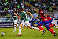 CALI -COLOMBIA-25-09-2016. Andres Felipe Roa (Izq) del Deportivo Cali disputa el balón con Francisco Cordoba (Der) de Deportivo Pasto durante partido por la fecha 14 de la Liga Águila II 2016 jugado en el estadio Palmaseca de Cali./ Deportivo Cali player Andres Felipe Roa (L) fights for the ball with Francisco Cordoba (R) player of Deportivo Pasto during match for the date 14 of the Aguila League II 2016 played at Palmaseca stadium in Cali. Photo: VizzorImage/ NR / Cont
