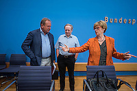 """Pressekonferenz zu den Grossdemonstrationen """"CETA und TTIP stoppen!"""" am 17. September in sieben Staedten.<br /> Am Dienstag den 23. August 2016 stellten der Vorsitzender der Gewerkschaft ver.di, die Praesidentin von Brot fuer die Welt, der Geschaeftsfuehrer des Deutschen Kulturrates, der Bundesvorsitzender der NaturFreunde Deutschlands, der Hauptgeschaeftsfuehrer des Paritaetischen Wohlfahrtsverbandes und der Geschaeftsfuehrer von Campact die Ziele der geplanten Grossdemonstrationen """"CETA und TTIP stoppen!"""" im Haus der Bundespressekonferenz vor.<br /> Nach Meinung der Veranstalter der Demonstrationen sind CETA und TTIP nicht dem Gemeinwohl in der EU, den USA und Kanada verpflichtet, sondern den Interessen von Konzernen und Investoren. Dagegen sollen mehrere hunderttausend Menschen am 17. September in sieben Staedten auf die Strasse gehen.<br /> Zu den Demonstrationen rufen auf: Wohlfahrts-, Sozial- und Umweltverbaende, Gewerkschaften, Organisationen fuer Demokratie-, Kultur- und Entwicklungspolitik, fuer Verbraucher- und Mieterschutz und nachhaltige Landwirtschaft, aus Kirchen sowie kleinen und mittleren Unternehmen. Dem Traegerkreis gehoeren 30 Organisationen auf Bundesebene an, unterstuetzt von regional aktiven Initiativen und Buendnissen sowie von Parteien.<br /> Im Bild vlnr.: Frank Bsirske, Vorsitzender der Gewerkschaft ver.di; Michael Mueller, Bundesvorsitzender der NaturFreunde Deutschlands; Cornelia Fuellkrug-Weitzel, Praesidentin von Brot fuer die Welt.<br /> 23.8.2016, Berlin<br /> Copyright: Christian-Ditsch.de<br /> [Inhaltsveraendernde Manipulation des Fotos nur nach ausdruecklicher Genehmigung des Fotografen. Vereinbarungen ueber Abtretung von Persoenlichkeitsrechten/Model Release der abgebildeten Person/Personen liegen nicht vor. NO MODEL RELEASE! Nur fuer Redaktionelle Zwecke. Don't publish without copyright Christian-Ditsch.de, Veroeffentlichung nur mit Fotografennennung, sowie gegen Honorar, MwSt. und Beleg. Konto: I N G - D i B a, IBAN DE585001051"""