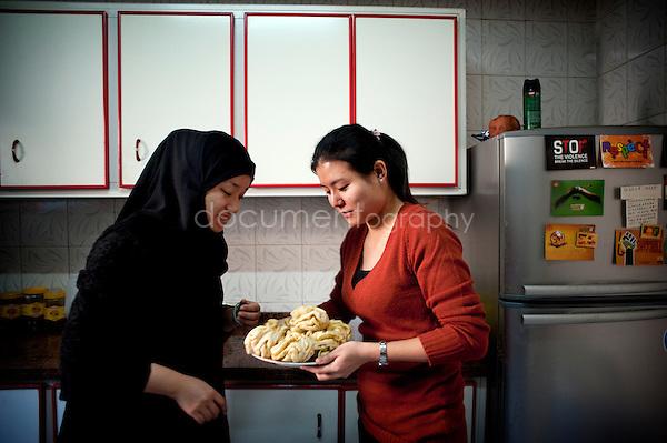 Copyright : Magali Corouge / Documentography.Le Caire, le 26 janvier 2013. .Yitong Shen dans la cuisine avec sa colocataire Jing Jing, dans le quartier d'Abbasseya du Caire.
