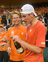 21-9-08, Netherlands, Apeldoorn, Tennis, Daviscup NL-Zuid Korea, :  Thiemo de Bakker wins his diciding match and opens a bottle of champagne while captain Jan Siemerink looks on