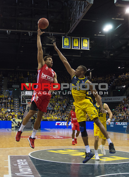 01.12.2019, EWE Arena, Oldenburg, GER, easy Credit-BBL, EWE Baskets Oldenburg vs Brose Bamberg, im Bild<br /> Elias HARRIS (Brose Bamberg #20 ) Justin SEARS (EWE Baskets Oldenburg #5 )<br /> Foto © nordphoto / Rojahn