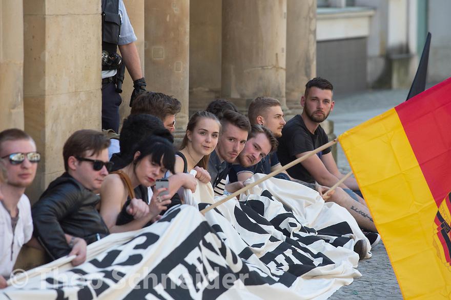 Rund 50 Anhänger der Identitären Bewegung versuchten am Freitag das Vordach des Bundesjustizministeriums zu besetzen. Da Polizisten das verhinderten, setzten sie sich auf den Gehweg und ließen sich räumen.