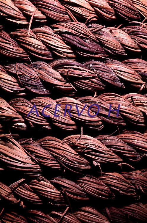 Detalhe da corda artesanal produzida por Índios Werekena no alto rio Xié, com fibras de piaçaba(Leopoldínia píassaba Wall). A fibra, um dos principais produtos geradores de renda na região é coletada de forma rudimentar. Até hoje é utilizada na fabricação de cordas para embarcações, chapéus, artesanato e principalmente vassouras, que são vendidas em várias regiões do país.<br />Alto rio Xié, fronteira do Brasil com a Venezuela a cerca de 1.000Km oeste de Manaus.<br />06/06/2002.<br />©Foto: Paulo Santos/Interfoto<br />Cromo Rio Xié Cor 135 Expedição Werekena do Xié<br /> <br /> Os índios Baré e Werekena (ou Warekena) vivem principalmente ao longo do Rio Xié e alto curso do Rio Negro, para onde grande parte deles migrou compulsoriamente em razão do contato com os não-índios, cuja história foi marcada pela violência e a exploração do trabalho extrativista. Oriundos da família lingüística aruak, hoje falam uma língua franca, o nheengatu, difundida pelos carmelitas no período colonial. Integram a área cultural conhecida como Noroeste Amazônico. (ISA)