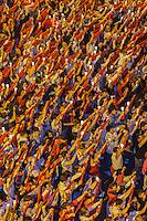 Espagne, Navarre, Pampelune: Plaza Consistorial, La foule en costumes rouges et blancs traditionnels au cours de la fête annuelle de la San Fermin lors du  Pobre de mí (Pauvre de moi) est la cérémonie de clôture des fêtes //   Spain, Navarra, Pamplona, Plaza Consistorial, Pobre de mí,  during the Ceremonies of the San Fermin Festival, Crowds in traditional red and white costumes during the the annual festival of San Fermin