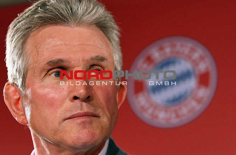 Pressekonferenz - Bayern M&uuml;nchen - Vorstellung neuer Trainer Jupp Heynckes<br /> <br /> MUNICH, GERMANY - APRIL 28:  New Bayern Muenchen head coach Jupp Heynckes addresses the media during a news conference on April 28, 2009 in Munich, Germany. Heynckes will take over as head coach for the remaining five league games.<br /> <br /> Foto &copy; nph ( nordphoto )