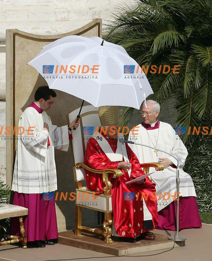 Vaticano Piazza San Pietro 9/4/2006 .Domenica delle Palme.Palm Sunday Mass .Papa Benedetto XVI.Photo Andrea Staccioli Insidefoto