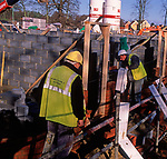 A5EXJ5 Bricklayers building a new wall on a building site