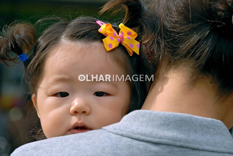 Criança no colo em Seul. Coréia do Sul. 2009. Foto de Thaïs Falcão.