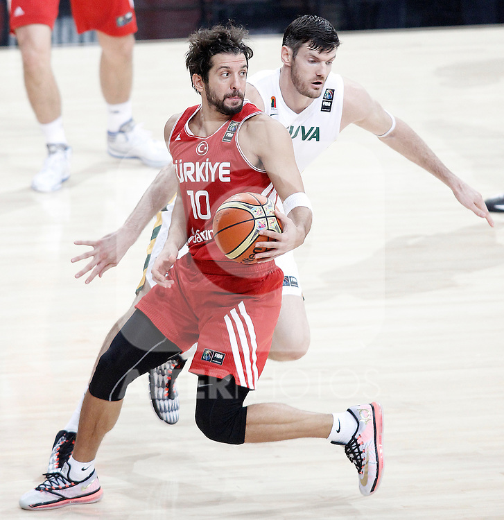 Lithuania's Darjus Lavrinovic (r) and Turkey's Kerem Tunceri during 2014 FIBA Basketball World Cup Quarter-Finals match.September 9,2014.(ALTERPHOTOS/Acero)