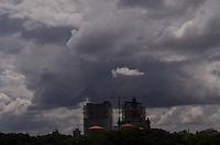 SAO PAULO, 26 DE FEVEREIRO DE 2013. - CLIMA TEMPO SP - Nuvens carregadas cobrem o ceu da regiao central da capital na tarde desta terca feira, 26. A previsao é de chuva forte para o fim da tarde.  (FOTO: ALEXANDRE MOREIRA / BRAZIL PHOTO PRESS)