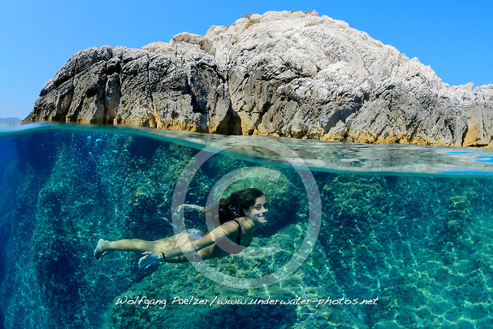 Halb Halb Aufnahme, Maedchen schwimmt oder taucht unter Wasser im Meer, Splitlevel Picture, Girl swimming or diving underwater, in th Sea, Adria, Adriatisches Meer, Mittelmeer, Dalmatien, Kroatien, Adriatic Sea, Mediterranean Sea, Dalmatia, Croatia, MR Yes