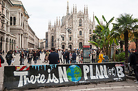 "Milano, piazza Duomo. Barriera new jersey di prevenzione anti terrorismo con il graffito: ""Non c'è un pianeta B"" --- Milan, Duomo square. Anti terrorism jersey barrier with graffiti writing: ""There is no planet B"""