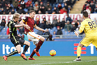 Calcio, Serie A: Roma vs Hellas Verona. Roma, stadio Olimpico, 17 gennaio 2016.<br /> Roma&rsquo;s Edin Dzeko, center, is challenged by Hellas Verona&rsquo;s Filip Helander, left, and goalkeeper Pierluigi Gollini during the Italian Serie A football match between Roma and Hellas Verona at Rome's Olympic stadium, 17 January 2016.<br /> UPDATE IMAGES PRESS/Isabella Bonotto